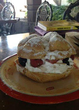 Berry Cream Puff at Kringla Bakeri og Cafe